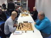 Blick an die Spitzenbretter, Hovhannisyan, Schönegg und Friedrich (alle links) greifen an.