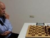 Das Brett voll im Blick: Rainer Kraut konzentriert in Runde 1.